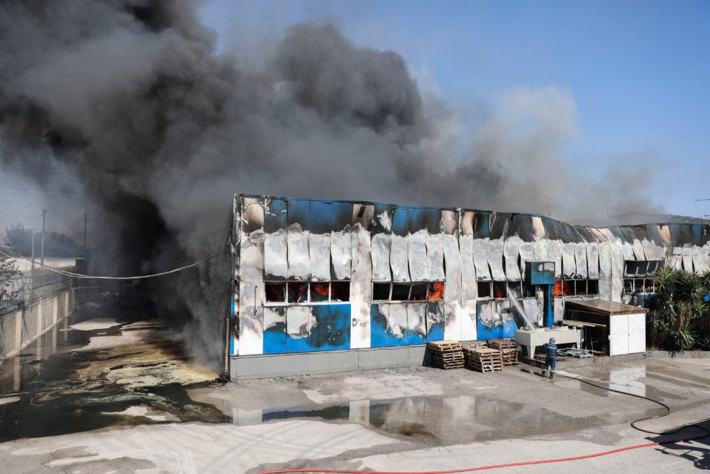 Σε εξέλιξη πυρκαγιά σε εργοστάσιο στον Ασπρόπυργο (Photos)