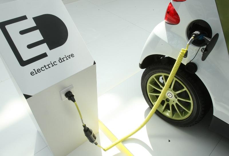 Υποχρεωτική η υποδομή για την εγκατάσταση φορτιστών ηλεκτρικών οχημάτων στις πολυκατοικίες