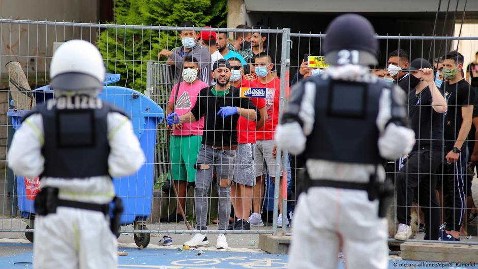 Κορονοϊός-Γερμανία: Άγριες συγκρούσεις αστυνομίας και κατοίκων κτιριακού συγκροτήματος σε καραντίνα