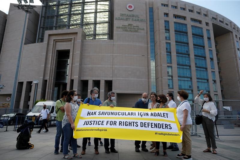 Ανησυχία της ΕΕ για την Τουρκία, μετά την καταδίκη υπερασπιστών ανθρωπίνων δικαιωμάτων