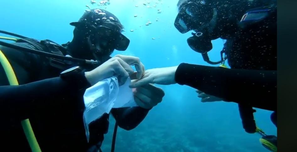 Πρόταση γάμου στον βυθό του Παγασητικού (video)