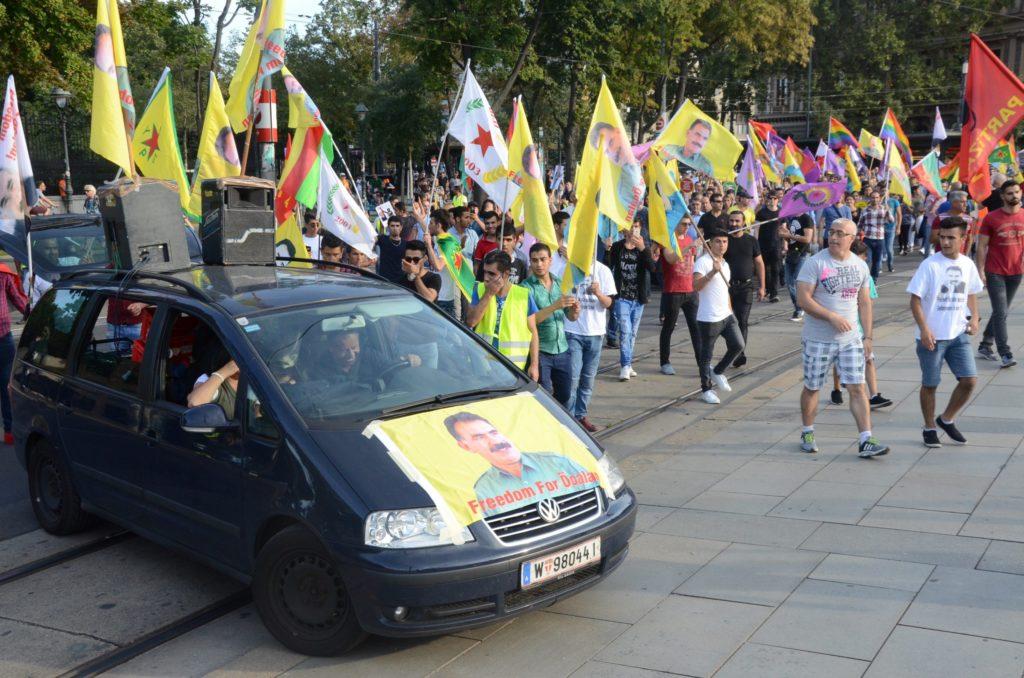 Αυστρία: Υπόνοιες πως βρίσκεται η Τουρκία πίσω από επιθέσεις κατά Κούρδων διαδηλωτών στη Βιέννη (Videos)