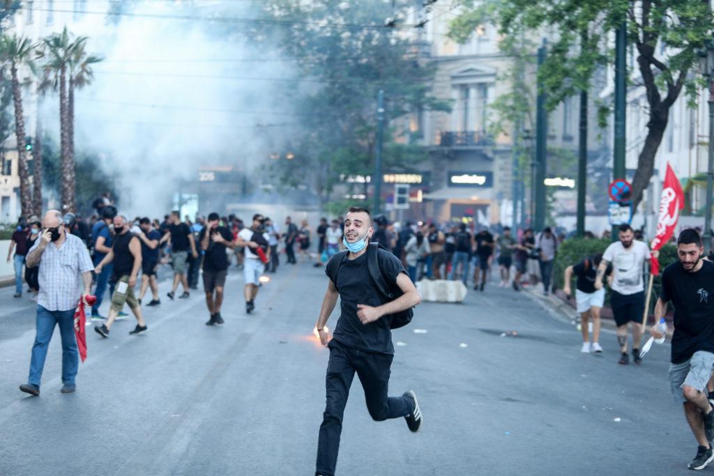 Αστυνομικοί πέφτουν με τις μηχανές σε μπλοκ διαδηλωτών (Video)