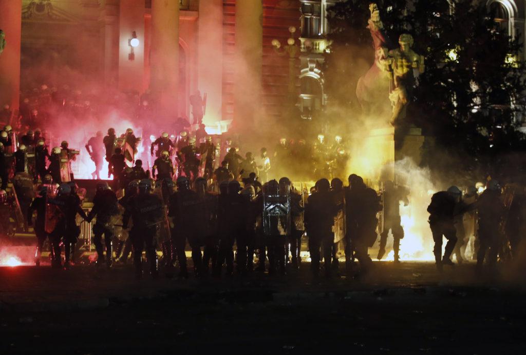 Βελιγράδι: Εθνικιστές και χούλιγκαν συγκρούστηκαν άγρια με την αστυνομία έξω από τη βουλή (Videos)