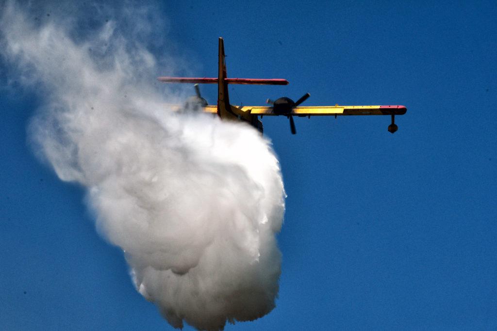 Ανεξέλεγκτη μαίνεται η πυρκαγιά που ξέσπασε στην Κάρυστο