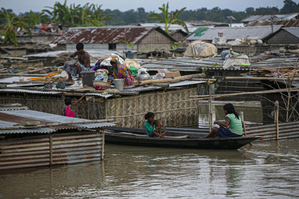 Ινδία: Μαζί με τον κορονοϊό, δεκάδες νεκροί και εκατομμύρια εκτοπισμένοι μετά από πλημμύρες