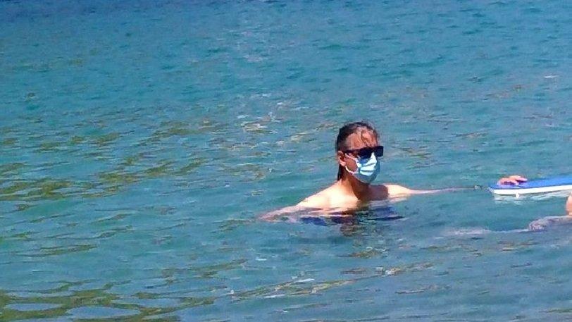 Κεφαλλονιά: Έκανε μπάνιο στη θάλασσα με χειρουργική μάσκα (εικόνα)