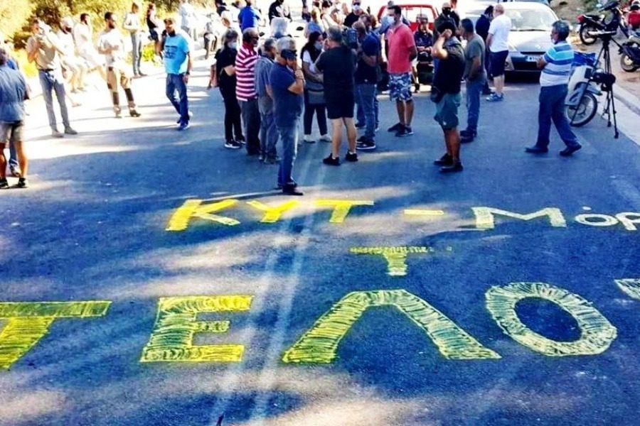 Μπλόκα κατοίκων στους δρόμους που οδηγούν στη Μόρια – Λένε «όχι» στην επαναλειτουργία του ΚΥΤ – Προς ματαίωση το σχέδιο με τα πλοία