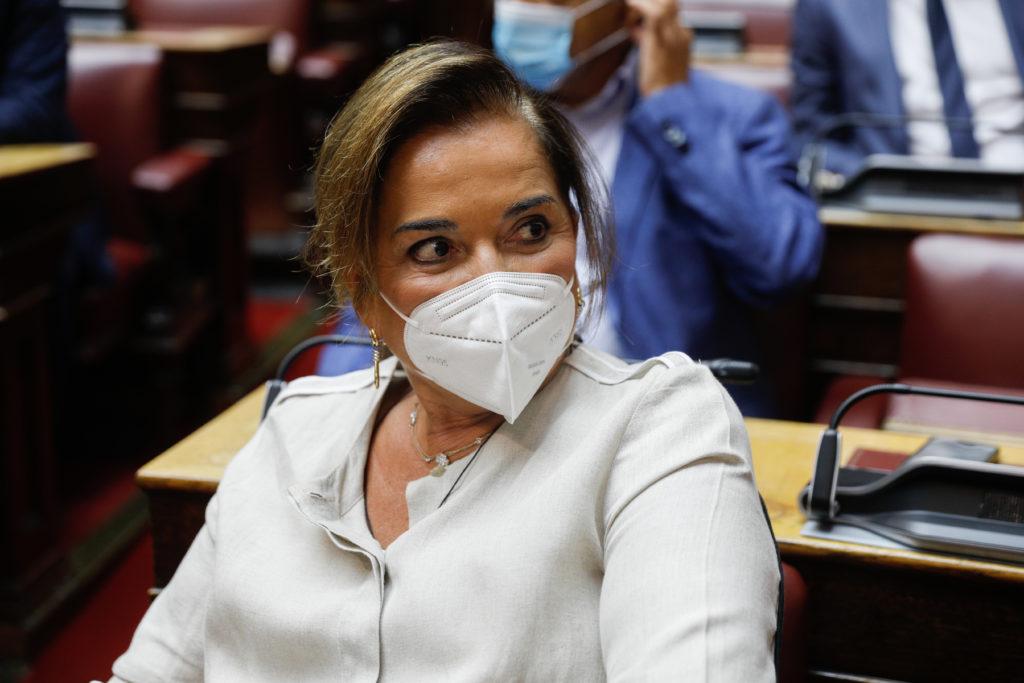 Η Μπακογιάννη παραδέχεται το φιάσκο με τις μάσκες αλλά «δεν θα κρεμάσουμε και κανέναν» (Video)