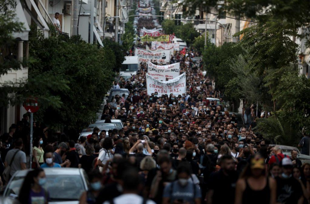 «Ο Παύλος ζει»: Μεγάλη αντιφασιστική διαδήλωση στο Κερατσίνι στη μνήμη του Παύλου Φύσσα (Photos & Video)