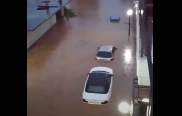 Φάρσαλα: Μια πόλη 10.000 κατοίκων βυθίστηκε στο νερό (Video)