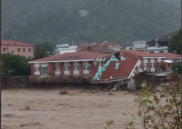 Ιανός: Εικόνες σοκ από το Μουζάκι Καρδίτσας – Κατέρρευσαν μαζί γέφυρα και Κέντρο Υγείας (Photos+Video)