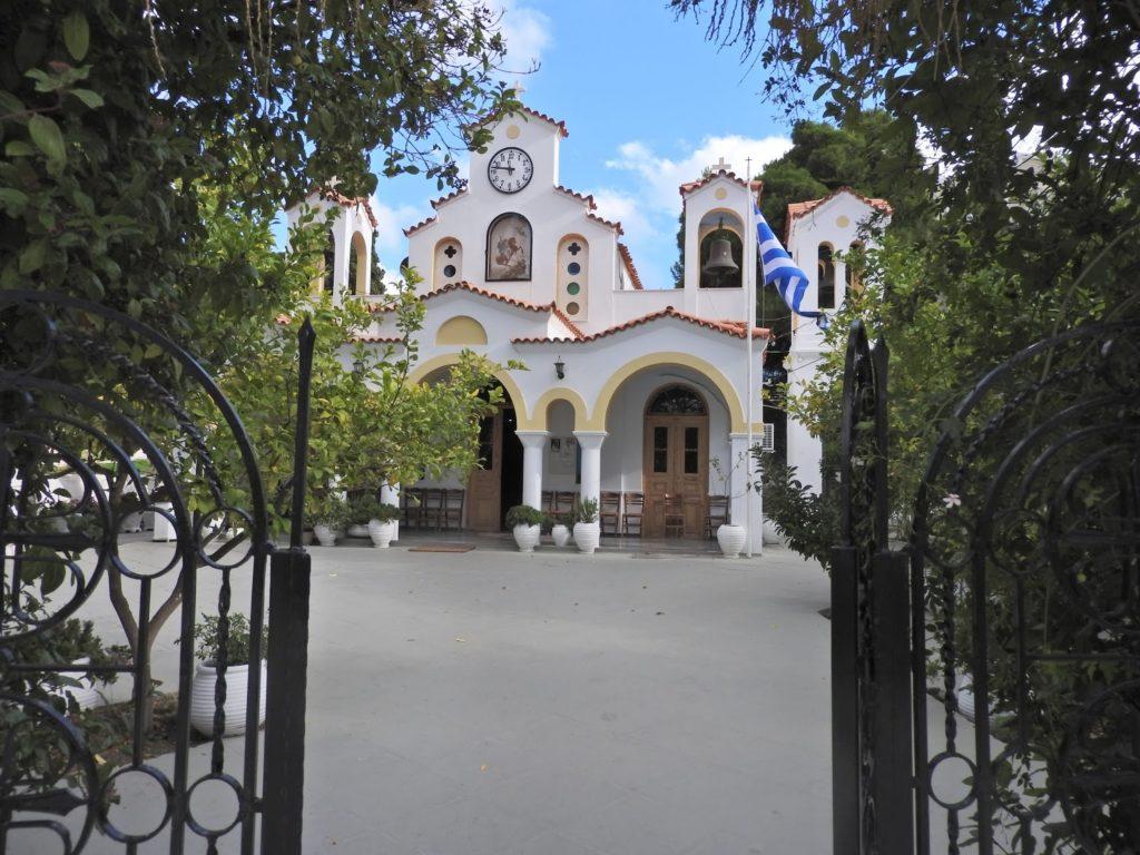 Κουβαράς: Παπάς με κορονοϊό έκανε αγιασμό σε Δημοτικό – Κινητοποίηση Τσιόδρα, κλείσιμο εκκλησιών