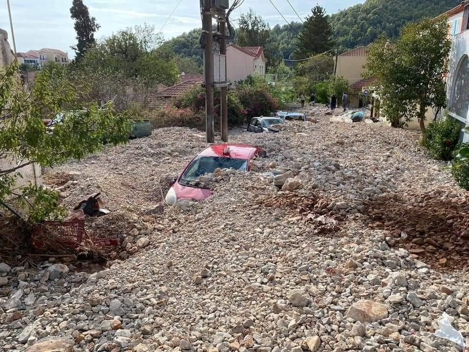 «Έσβησε» από το χάρτη η Άσσος στην Κεφαλλονιά – Πέτρες και λάσπη έθαψαν το χωριό (βίντεο – εικόνες)