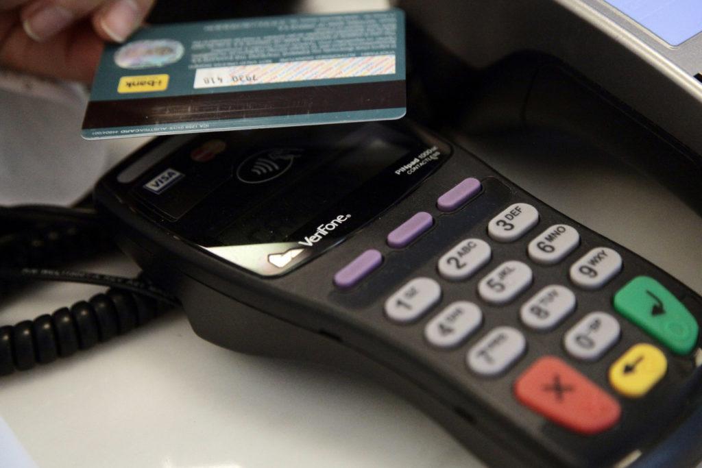 Παρατείνεται ως τις 31 Δεκεμβρίου το όριο των 50 ευρώ για τις ανέπαφες συναλλαγές