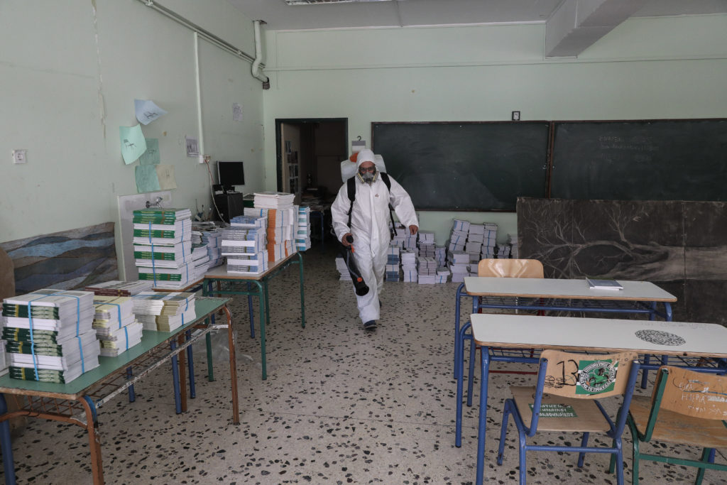 Αθήνα: Καταγγελίες για ελλείψεις σχολικών καθαριστριών – Αντιδήμαρχος Μπακογιάννη: «Είναι και παραπάνω από ό,τι χρειάζεται»!