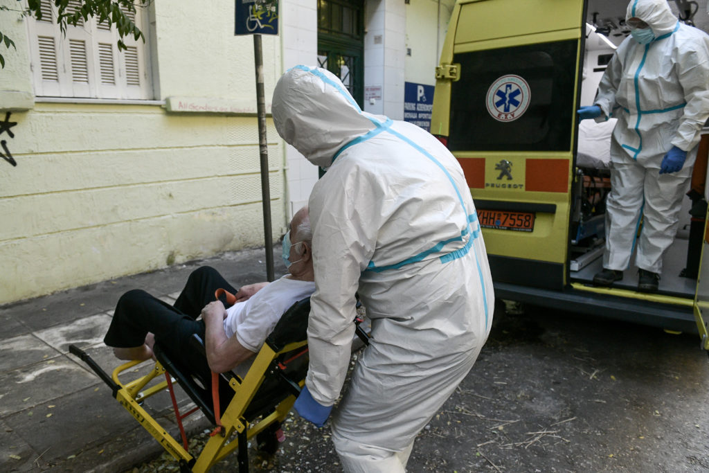 Κορονοϊός: «Βροχή» από νέα κρούσματα σε γηροκομεία, δημόσια νοσοκομεία, ΕΚΑΒ και μουσεία