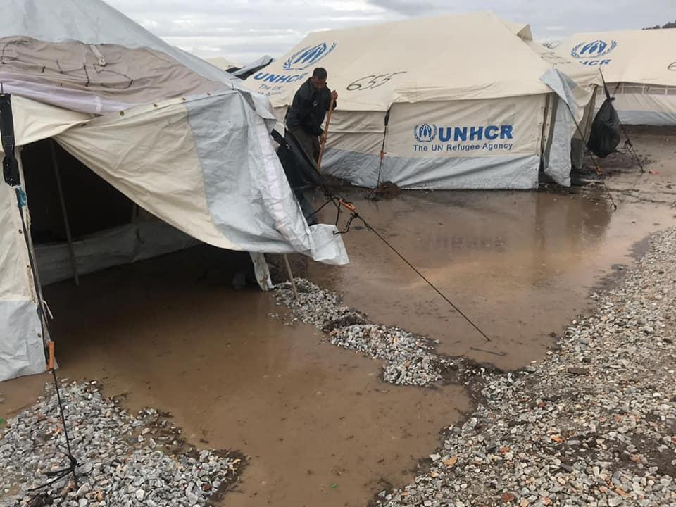 Μπουρνούς: Ένα πρωτοβρόχι βούλιαξε στις λάσπες τα σχέδια της ΝΔ στο Καρά Τεπέ παρά τις προειδοποιήσεις