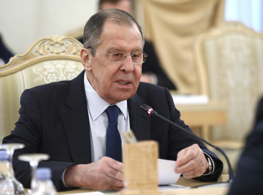 Ο Λαβρόφ συζήτησε στη Μόσχα με τον Αρμένιο και τον Αζέρο ομολόγους του το ζήτημα της εκεχειρίας στο Ναγκόρνο- Καραμπάχ