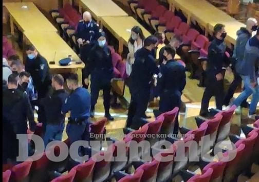 Αποκλειστικό: Οι πρώτες συλλήψεις χρυσαυγιτών μέσα στην αίθουσα του δικαστηρίου (Video)