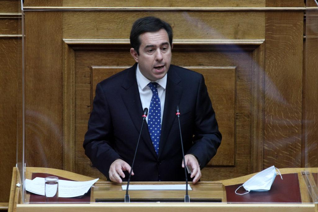 Η κόντρα συνεχίζεται: Ούτε το όνομα του Σταϊκούρα δεν ανέφερε ο Μηταράκης στη Βουλή