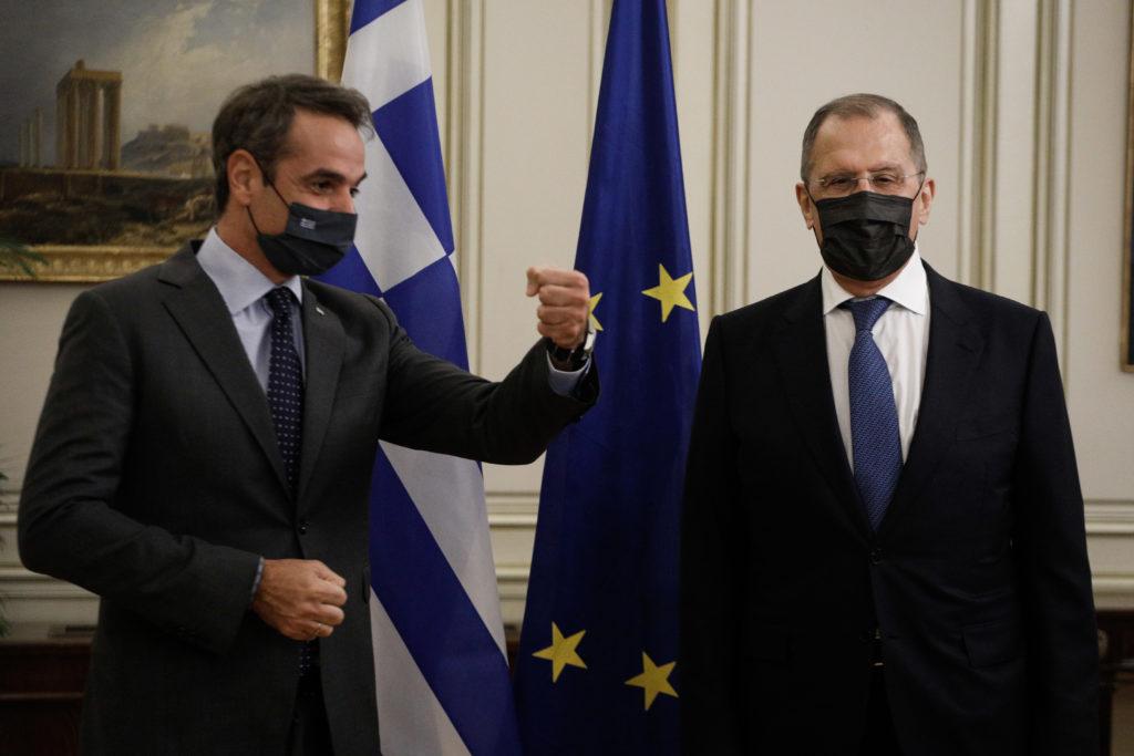 Αντιδράσεις για τη στάση του πρωθυπουργού: Ο Λαβρόφ μπήκε σε καραντίνα, ο Μητσοτάκης όχι