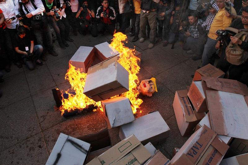 Μεξικό: Διαδηλωτές έκαψαν ομοιώματα του Ντόναλντ Τραμπ