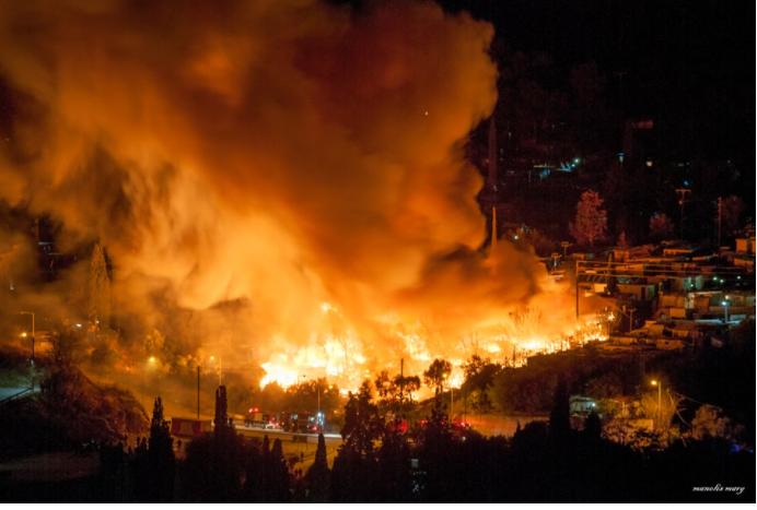 Σάμος: Φωτιά στον υπαίθριο καταυλισμό γύρω από το Κέντρο Υποδοχής – Κάηκαν σκηνές (Photos)