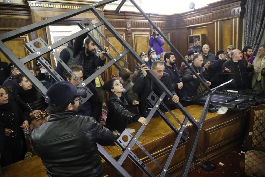 Ναγκόρνο – Καραμπάχ: Συνθηκολόγησε η Αρμενία, τερματίζεται ο πόλεμος – Πλήθος εισέβαλε στο αρμενικό κοινοβούλιο (Video – Photos)