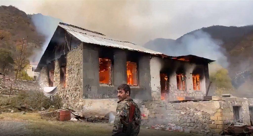 Ναγκόρνο-Καραμπάχ: Αρμένιοι πυρπολούν τα σπίτια τους για να μην πέσουν στα χέρια των Αζέρων (Videos)