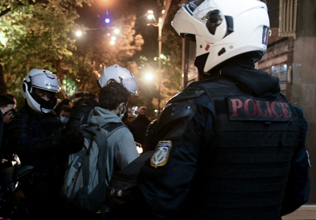 Πογκρόμ στα Σεπόλια: Η στιγμή που συλλαμβάνουν τη Λ. Κατή – Ξύλο και ανεκδιήγητες εκφράσεις από την αστυνομία (Video)