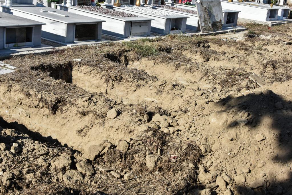 Μακάβριο αλλά αληθινό: Σκάψανε νέους τάφους στις Σέρρες (Video)