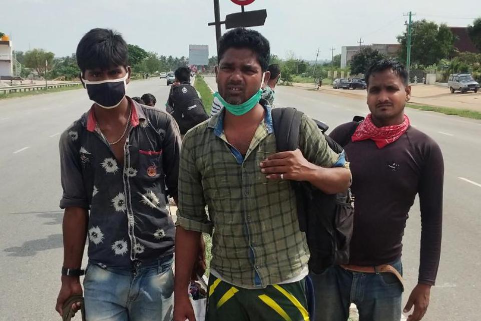 Ινδία: Εργάτης περπάτησε 1000 χλμ σε 10 μέρες με τα πόδια για να γυρίσει σπίτι του!