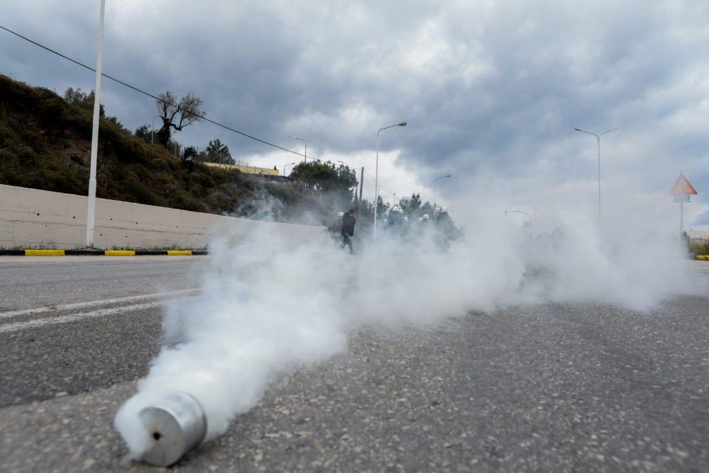 Ξέμεινε από δακρυγόνα η αστυνομία – Αγοράζουν χημικά, ασπίδες, κράνη, γιλέκα, εκτοξευτήρες, οχήματα