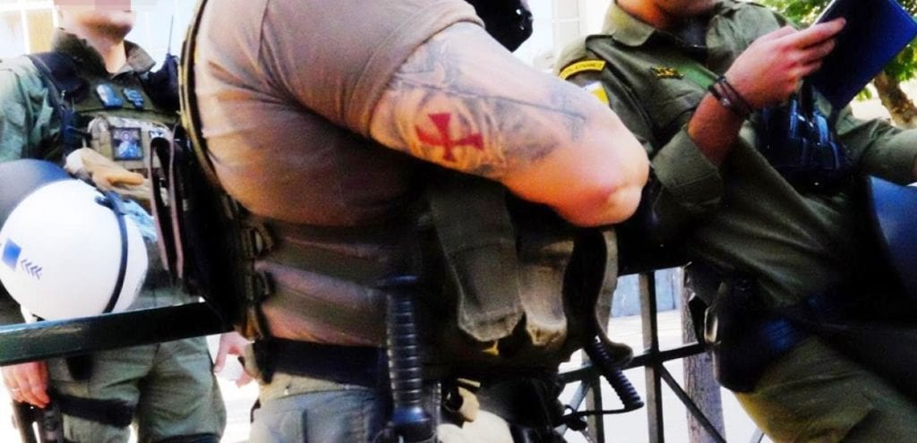 Αστυνομικοί με ναζιστικά σύμβολα στη δίκη του ναζισμού (Photo)
