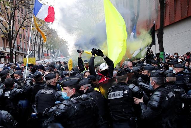 Παρίσι: Δακρυγόνα στη διαδήλωση χιλιάδων ανθρώπων κατά της αστυνομικής βίας