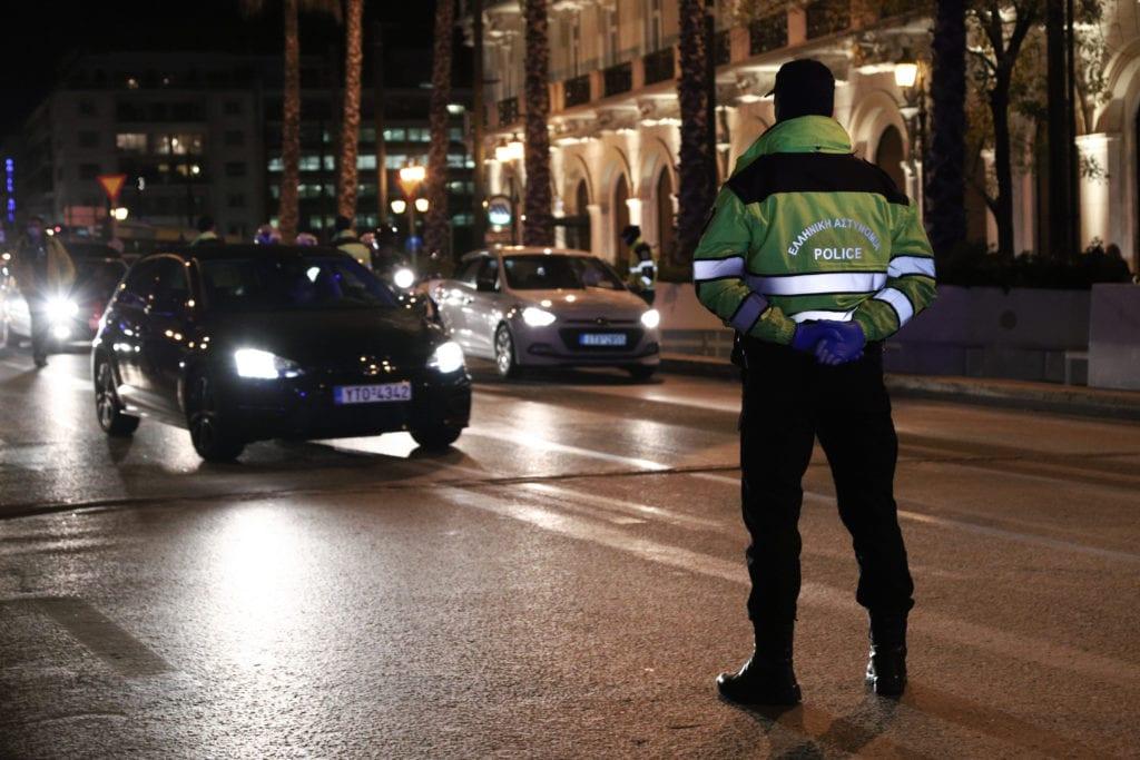 Κλίμα αστυνομοκρατίας από την κυβέρνηση: «Θα προνοήσουμε να μην υπάρξουν μεγάλες συγκεντρώσεις στα σπίτια», προειδοποιεί ο Χρυσοχοϊδης
