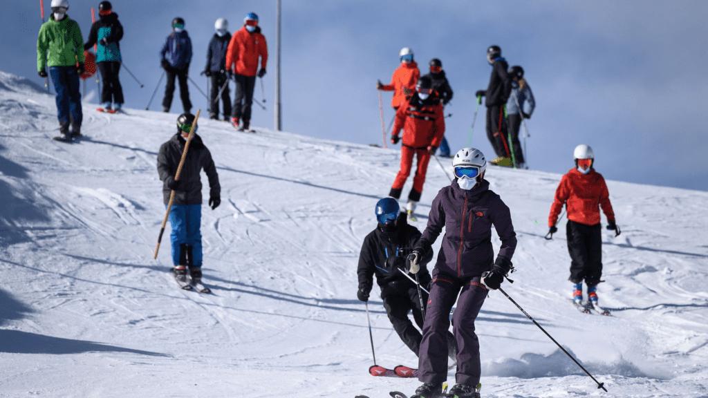 Ελβετία: 200 Βρετανοί τουρίστες «το' σκασαν» από καραντίνα σε χιονοδρομικό κέντρο