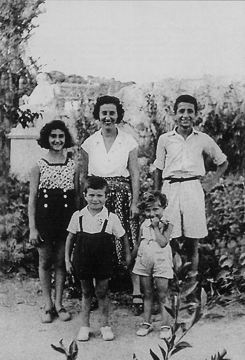 Ο Μάνος Ελευθερίου με τη μητέρα του και τα αδέρφια του στη Σύρο