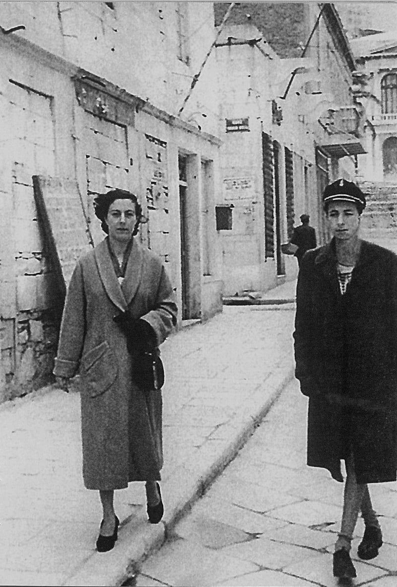 Ο Μάνος Ελευθερίου με τη μητέρα του στη Σύρο