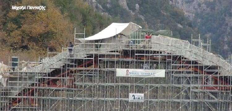 «Κλειδώνει» το τόξο στο θρυλικό γεφύρι της Πλάκας που είχε παρασυρθεί από πλημμύρα (Photos)