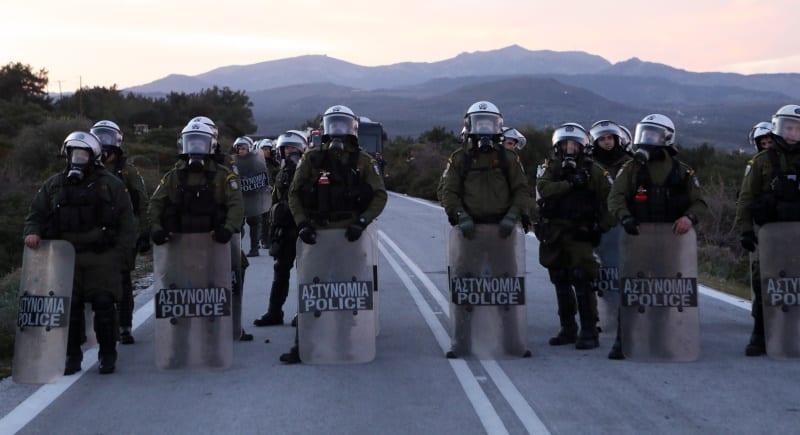 Όλοι στις πλάτες των προσφύγων και του ελληνικού λαού