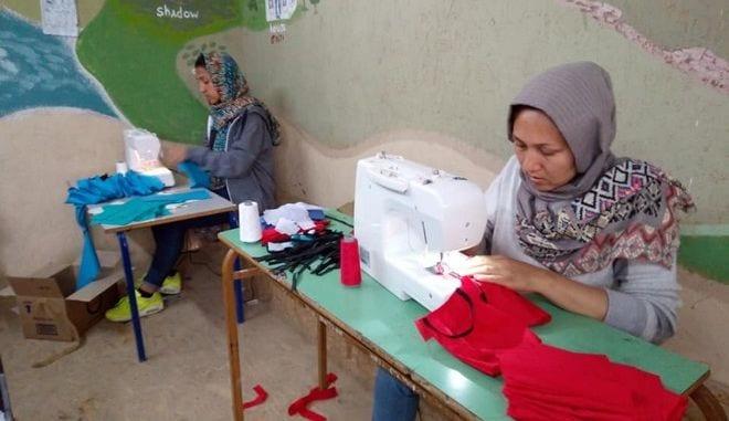Τέσσερις Αφγανές ράβουν μάσκες για τους πρόσφυγες στην Μόρια