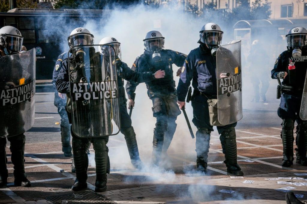 Ένταση στα Προπύλαια – Στους δρόμους οργισμένοι φοιτητές και εκπαιδευτικοί σε όλη την Ελλάδα κατά του νομοσχεδίου της Κεραμέως