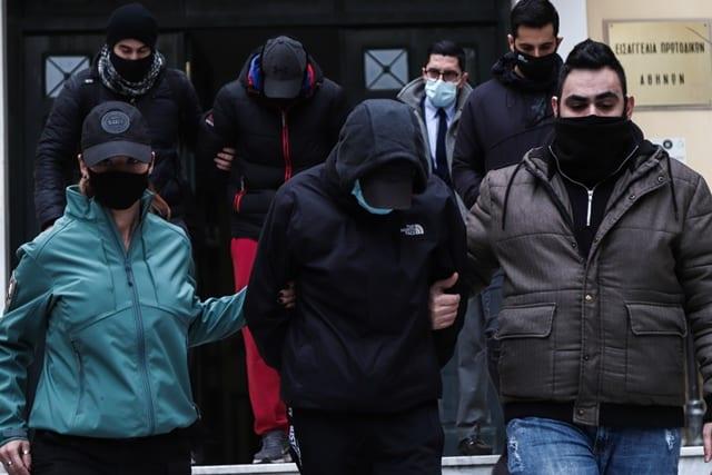 Κακουργηματική δίωξη στα αδέλφια που ξυλοκόπησαν σταθμάρχη του Μετρό- Πλημμελήματα σε βάρος αστυνομικού που τους βοήθησε