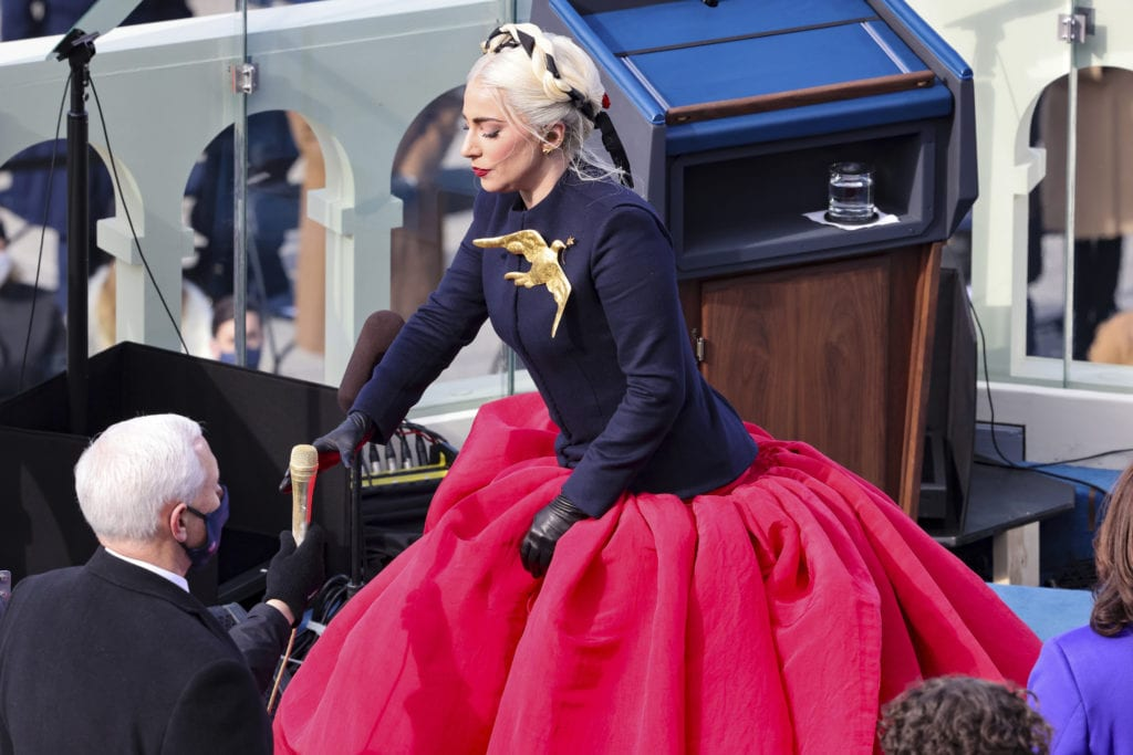 ΗΠΑ: Η Lady Gaga ερμηνεύει τον αμερικανικό εθνικό ύμνο (Video)