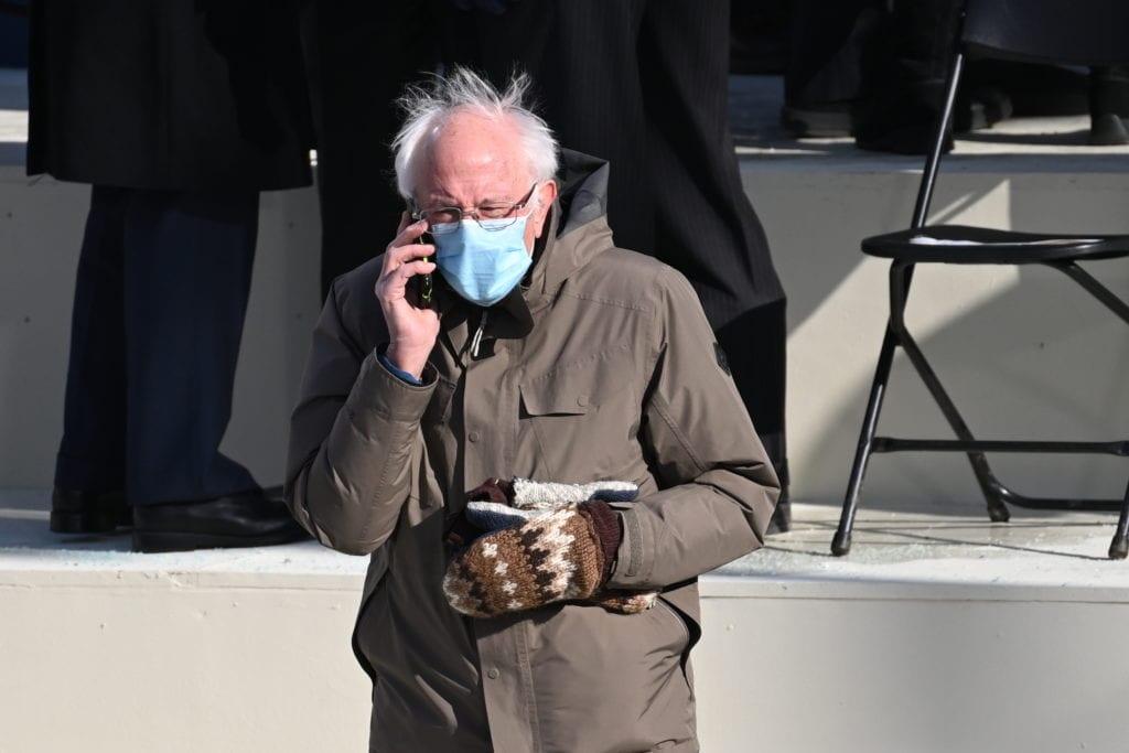 O Μπέρνι Σάντερς με την απλότητά του στην τελετή ορκωμοσίας του Τζο Μπάιντεν έγινε viral (Photos)