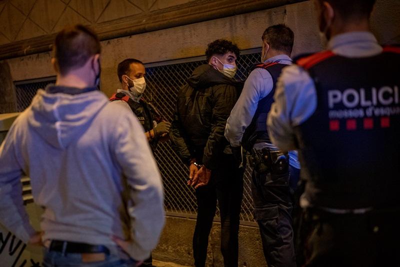 Iσπανία: Σε ντουλάπες και στρώματα κρύφτηκαν οι συμμετέχοντες σε παράνομο πάρτι