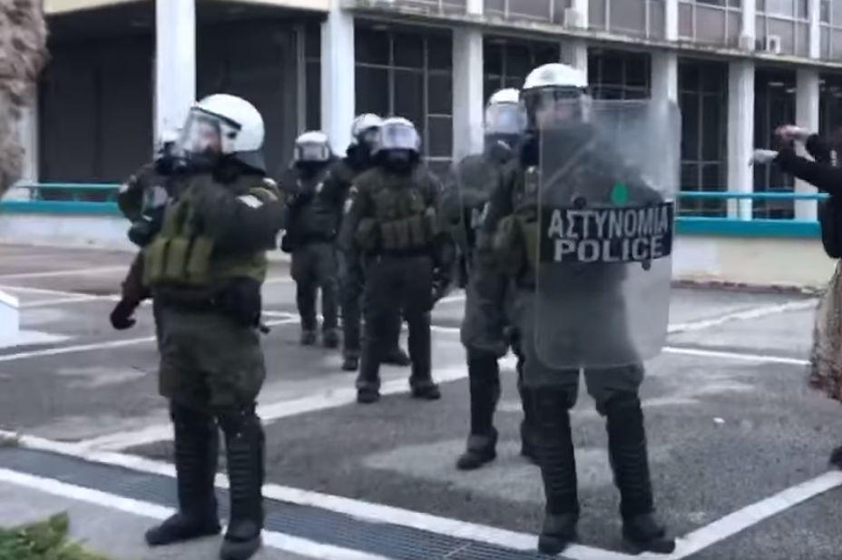 ΑΠΘ: Η αστυνομία του Χρυσοχοΐδη εκφοβίζει δημοσιογράφο: «Ή θα φύγεις τώρα ή τελειώνουμε»! (Video)