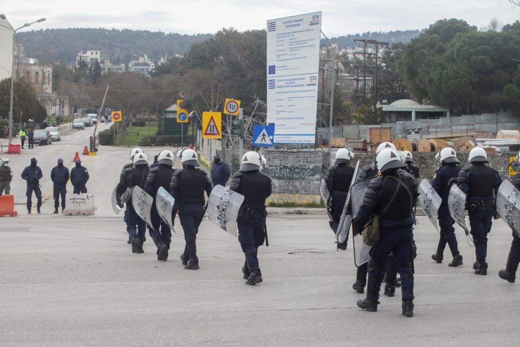 Ένταση, χημικά και δεκάδες προσαγωγές από την έφοδο της Αστυνομίας Χρυσοχοΐδη στο ΑΠΘ (Photos – Video)